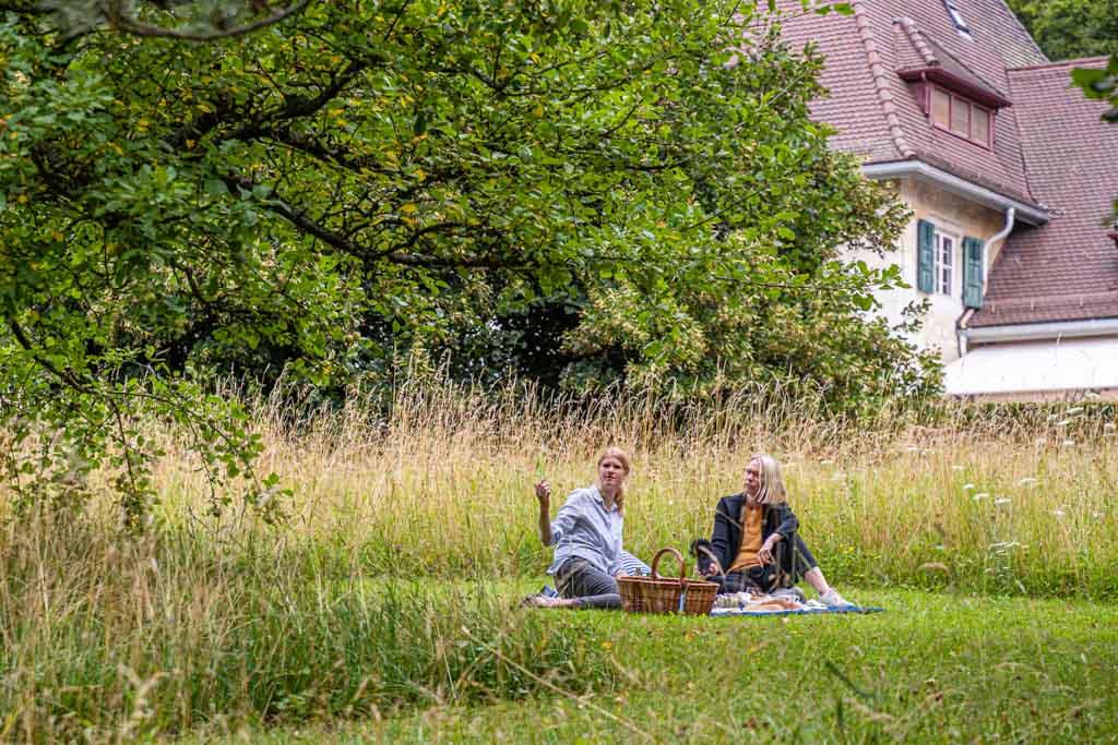 Katja Baumhoff, stellv. Leiterin der Sammlung Oskar Reinhart, erklärt, wie die Idee zu den Picknick-Körben entstanden ist / © FrontRowSociety.net, Foto: Georg Berg
