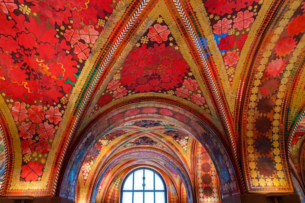 Die Giacometti Fresken in der Eingangshalle der Polizeistation bestehen aus unzähligen Blumenornamenten und geometrischen Mustern / © FrontRowSociety.net, Foto: Georg Berg