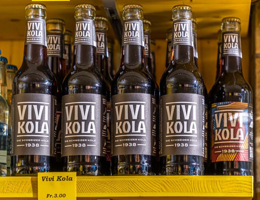 Vivi-Kola ist eines dieser coolen Produkte aus Zürich. Ein Rezept von 1938 wurde wiederbelebt. Das Geheimnis der Cola-Nuss kann man auf der Innenseite des Etiketts lesen, sobald man die Flasche geleert hat / © FrontRowSociety.net, Foto: Georg Berg