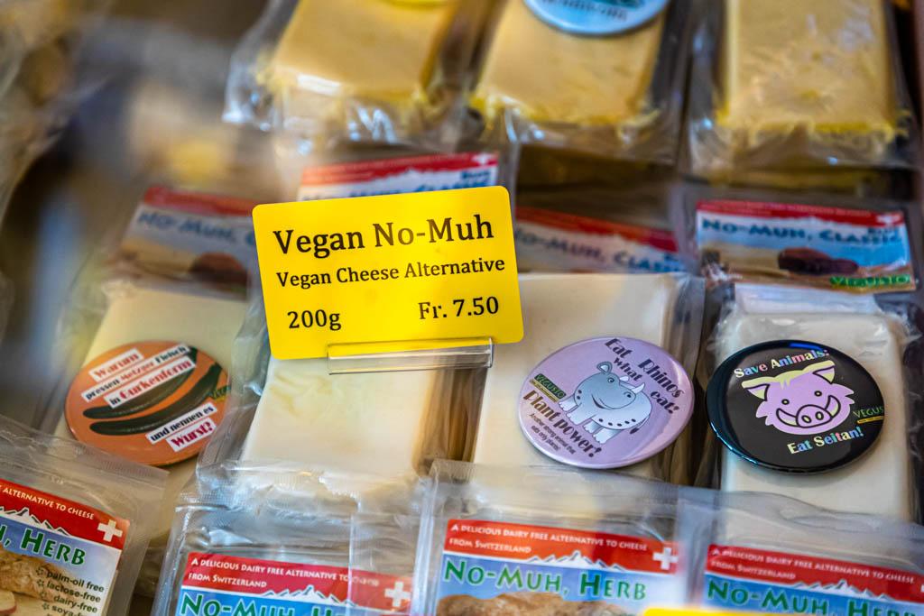 No-Muh, ein veganer Käseersatz, aber vor allem ganz viel Yes-Muh. Im Chäs Chäller gibt es allerlei Käse aus Zürich und den angrenzenden Kantonen / © FrontRowSociety.net, Foto: Georg Berg