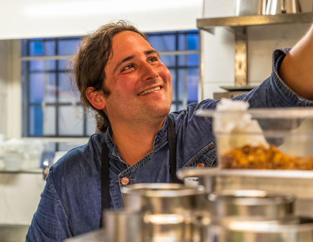 Gut gelaunt in seiner Küche: Chef de Cuisine Marc Homberger und sein Team bieten sowohl ein Lunch-Menü mit zwei oder drei Gängen als auch ein Abend-Menü von drei bis sechs Gängen an / © FrontRowSociety.net, Foto: Georg Berg