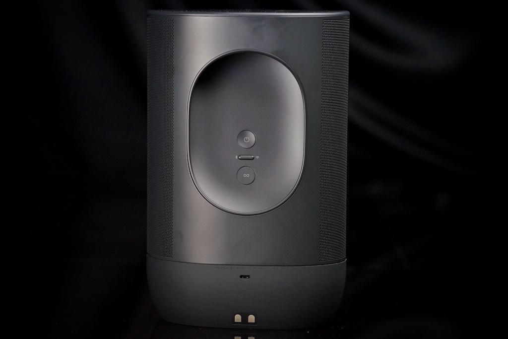 Auf der Rückseite des Lautsprechers befinden sich der Power Button sowie derMode und Join Button - die integrierte Haltemulde im oberen Bereich macht das Tragen zum Kinderspiel