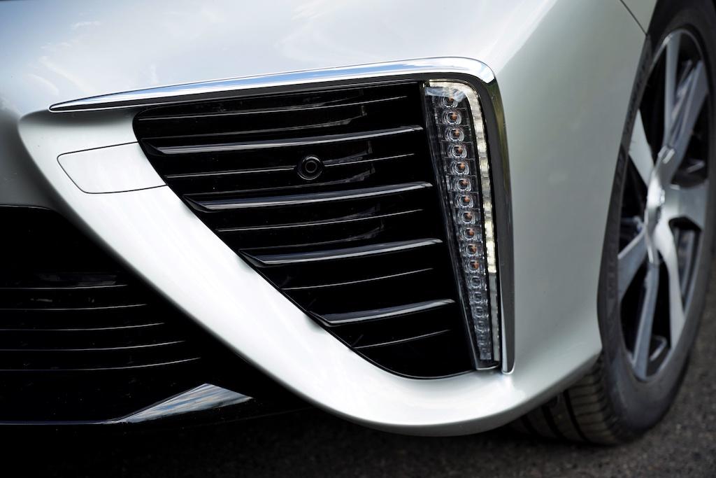 So außergewöhnlich der Toyota MIRAI von außen gestaltet ist, so außergewöhnlich zieht es sich durch den Innenraum