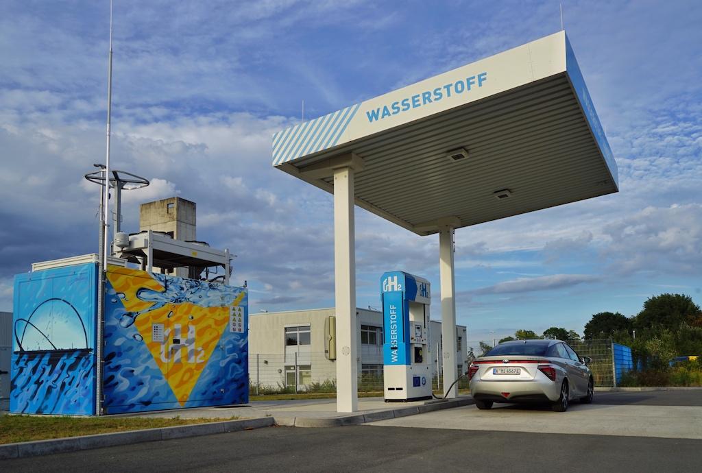 Knapp 100 Wasserstofftankstellen gibt es aktuell in Deutschland - in den nächsten 2 Jahren sollten 300 neue hinzukommen