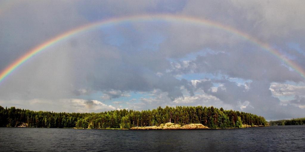 Ein Regenbogen überspannt das Festlandsufer