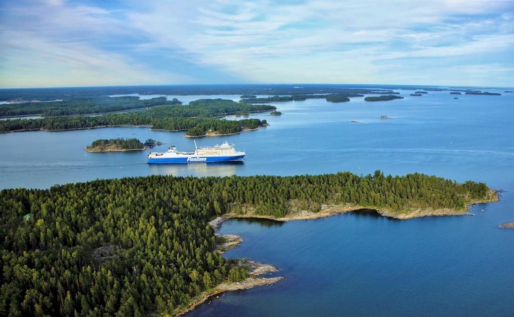 MS FINNLADY im Schären Archipel vor Helsinki