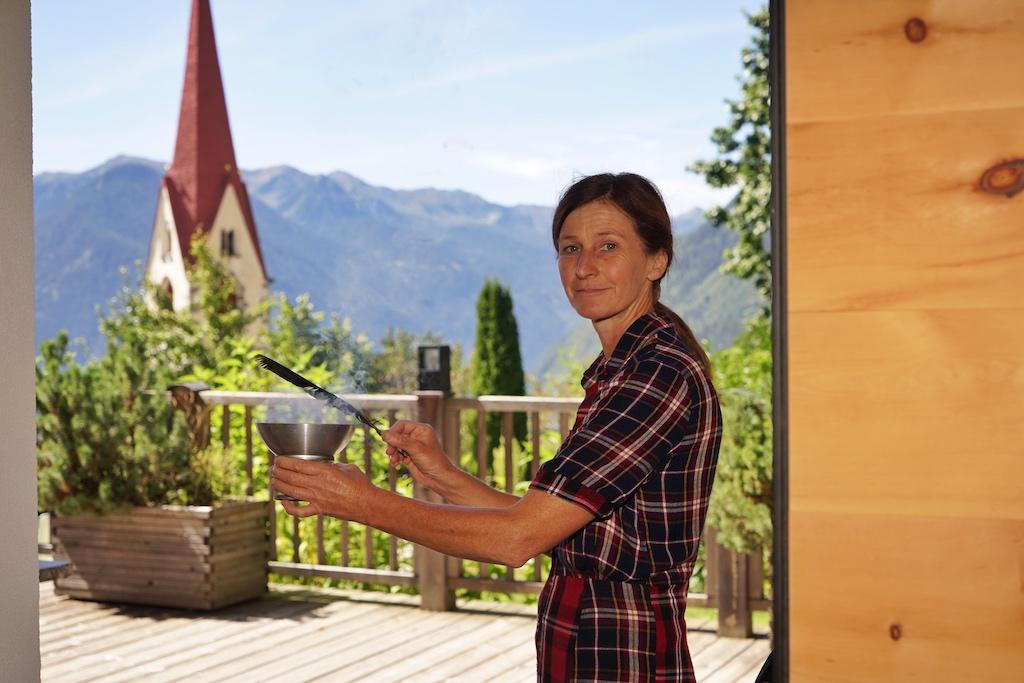 Hausherrin Anneres schreitet regelmäßig durch ihr Naturhotel und reinigt die Luft, das soll auch zum Winter hin die in der Luft schwebenden Grippeviren reduzieren