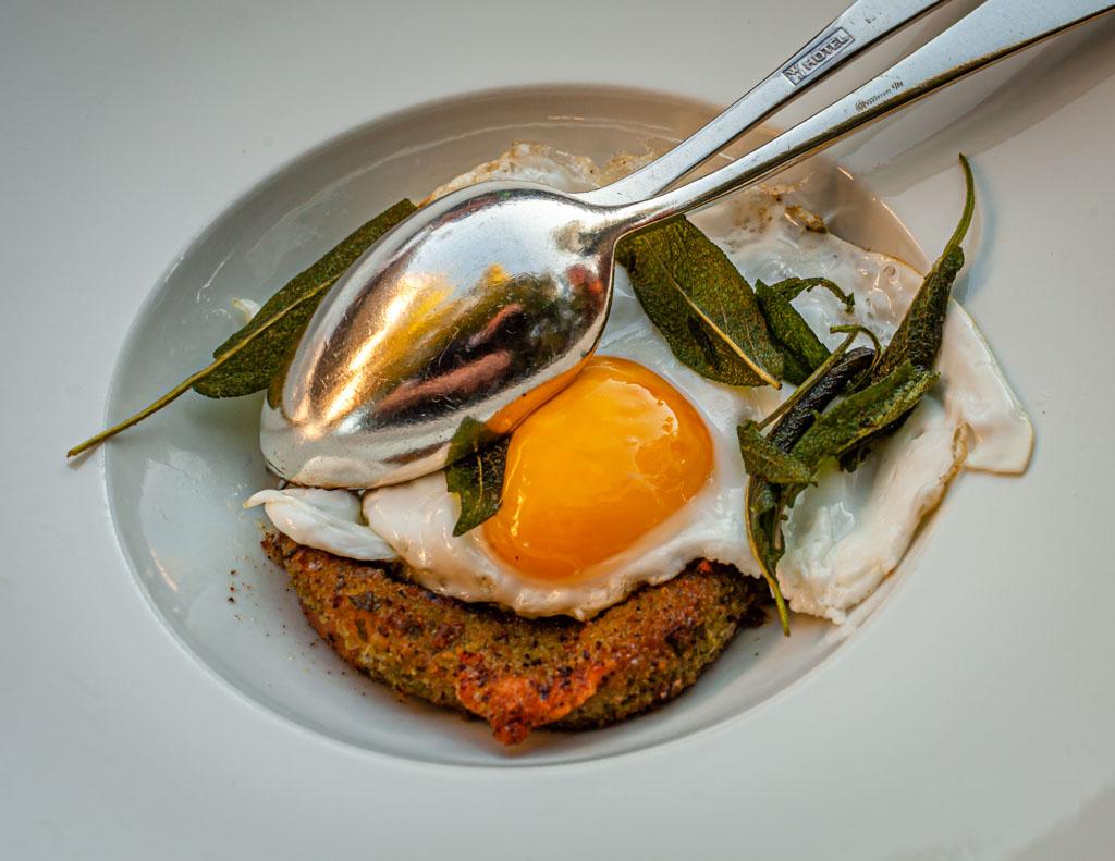 Scamorzo fritta - ein Käse aus Apulien in Kräuterpanade und mit Freiland-Ei und Salbei / © FrontRowSociety.net, Foto: Georg Berg