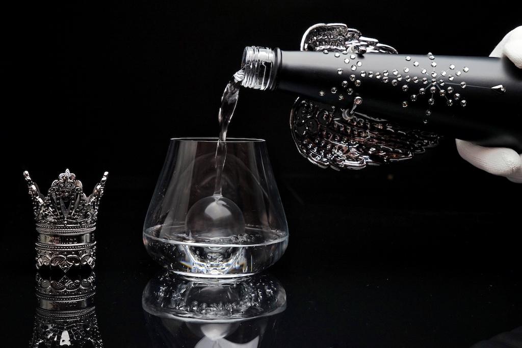 """Exzellentes Wassers darf selbstredend nur aus exklusiven Gläsern genossen werden, wie hier aus der Serie """"Air Sense"""" von Zwiesel Glas"""