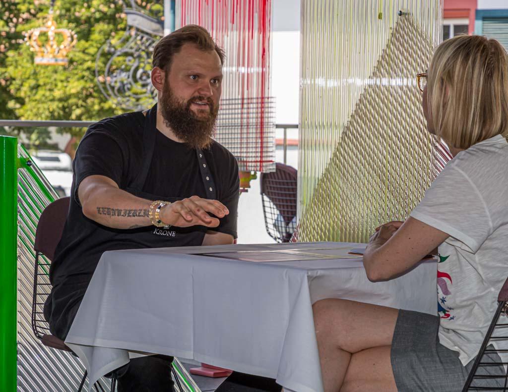 Küchenchef Peter Prüfer im Gespräch mit Redakteurin Angela Berg / © FrontRowSociety.net, Foto: Georg Berg