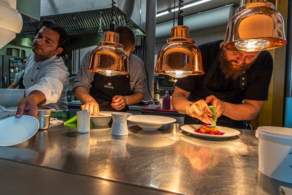 Peter Prüfer mit Team am Pass der Sommerküche, die die Gäste auf der Terrasse versorgt / © FrontRowSociety.net, Foto: Georg Berg