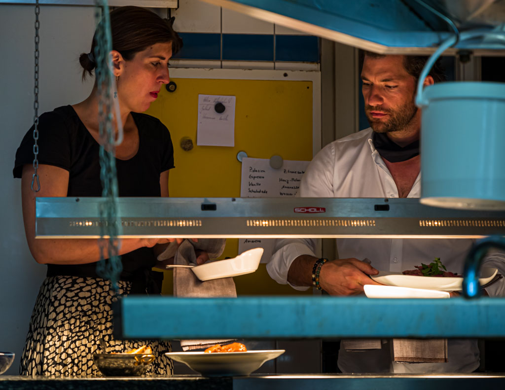 Konzentration am Pass: Sonja Hechler und Fabio Elia im Restaurant La Cucina in Binzen / © FrontRowSociety.net, Foto: Georg Berg