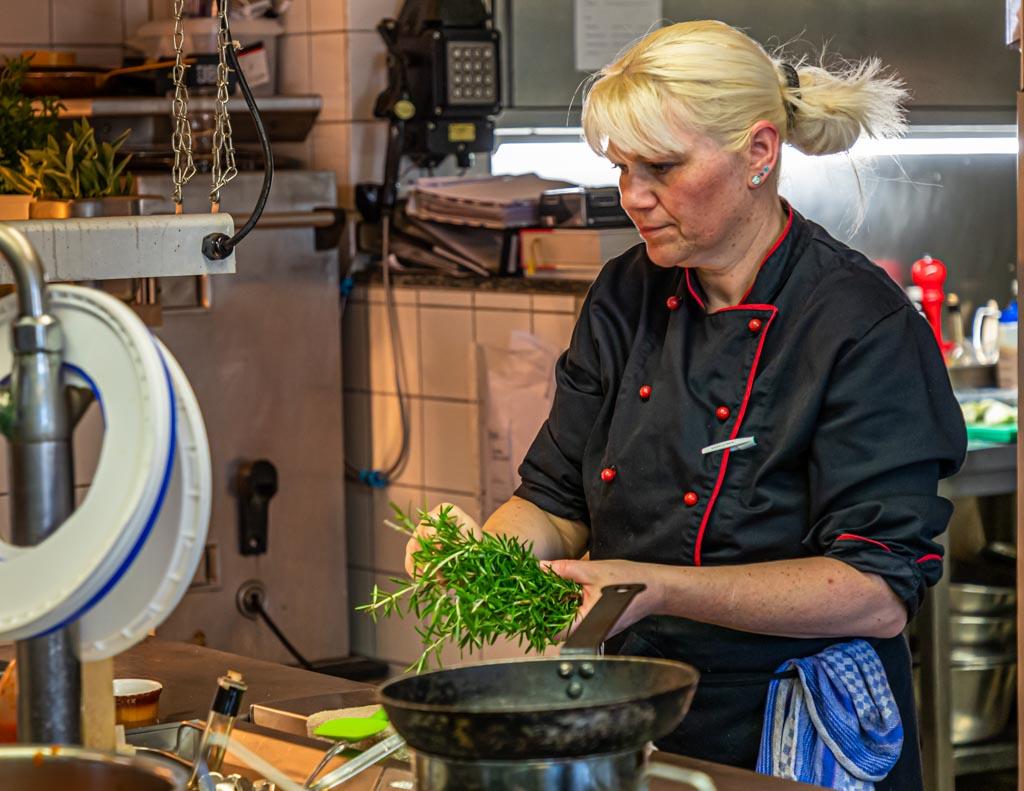 Sie bringt die apulische Küche nach Rezepturen auch von Fabio Elias Großmutter auf den Tisch. Küchenchefin Annette Heitzmann verwendet ausschließlich nachhaltige Produkte / © FrontRowSociety.net, Foto: Georg Berg