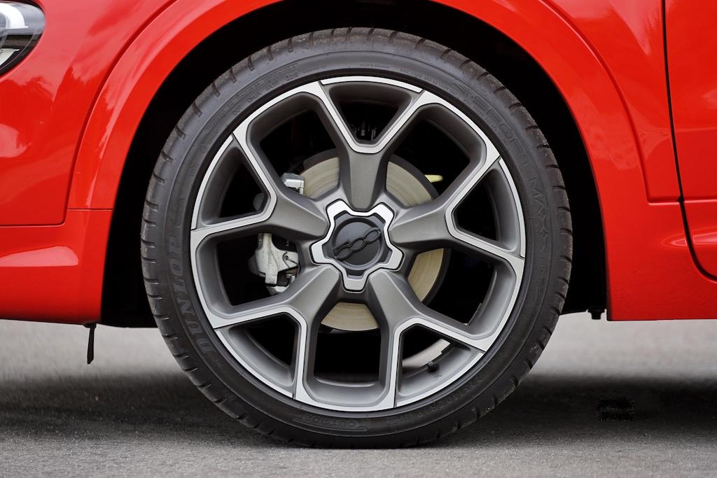 Die auffallenden 19 Zoll Leichtmetallfelgen mit Pneus der Dimension 225/40 ZR19 sind eher für den normalen Straßenverlauf geeignet