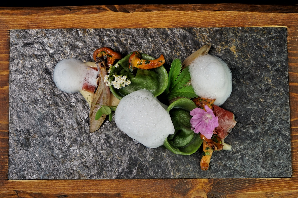 Aus der Natur auf den Tisch. Im Gourmet-Restaurant ARCANA kredenzt Chef Dominik Leiter stets frische Speisen. Hier zu sehen Petersilien-Tortelli mit frischen Pfifferlingen
