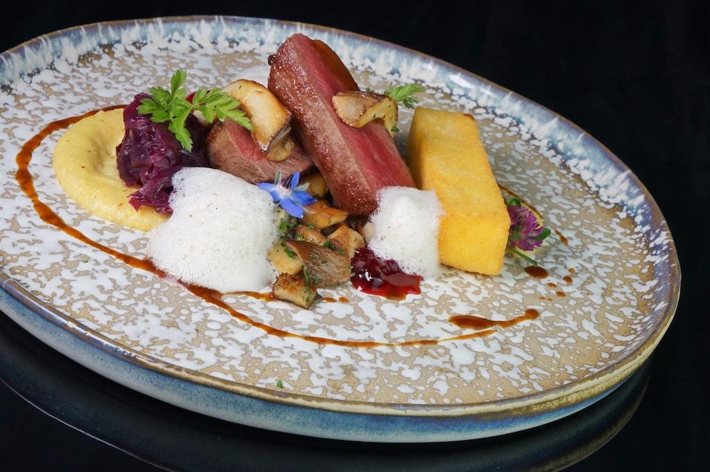 Ebenfalls ein erstklassiges Wildgericht: Rehrücken mit Polenta, Blaukraut und Pilzen