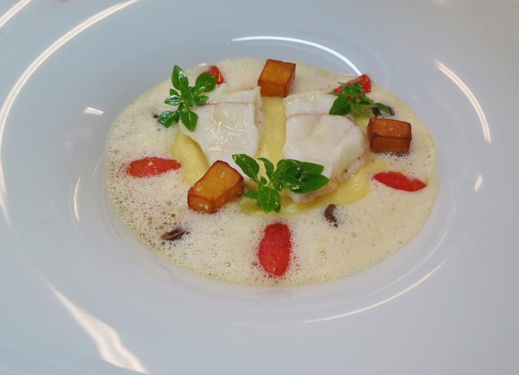 Köstlicher Hauptgang des Mittagsmenüs bestehend aus bretonischem Wildfang- Seeteufel mit weißem Tomatenschaum und Kartoffel-Variation / © FrontRowSciety.net, Foto: Barbara Kagerer