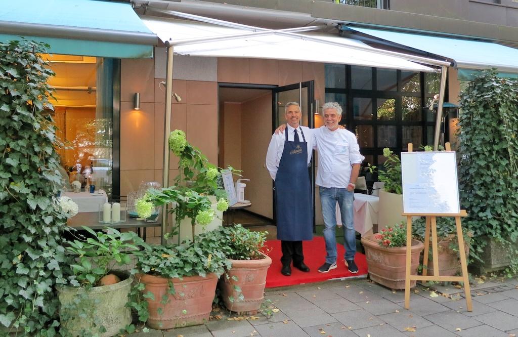 Charmant und nonchalant: Acquarello-Patron Mario Gamba mit Restaurantchef Massimiliano Gamba / © FrontRowSciety.net Fotos: Barbara Kagerer
