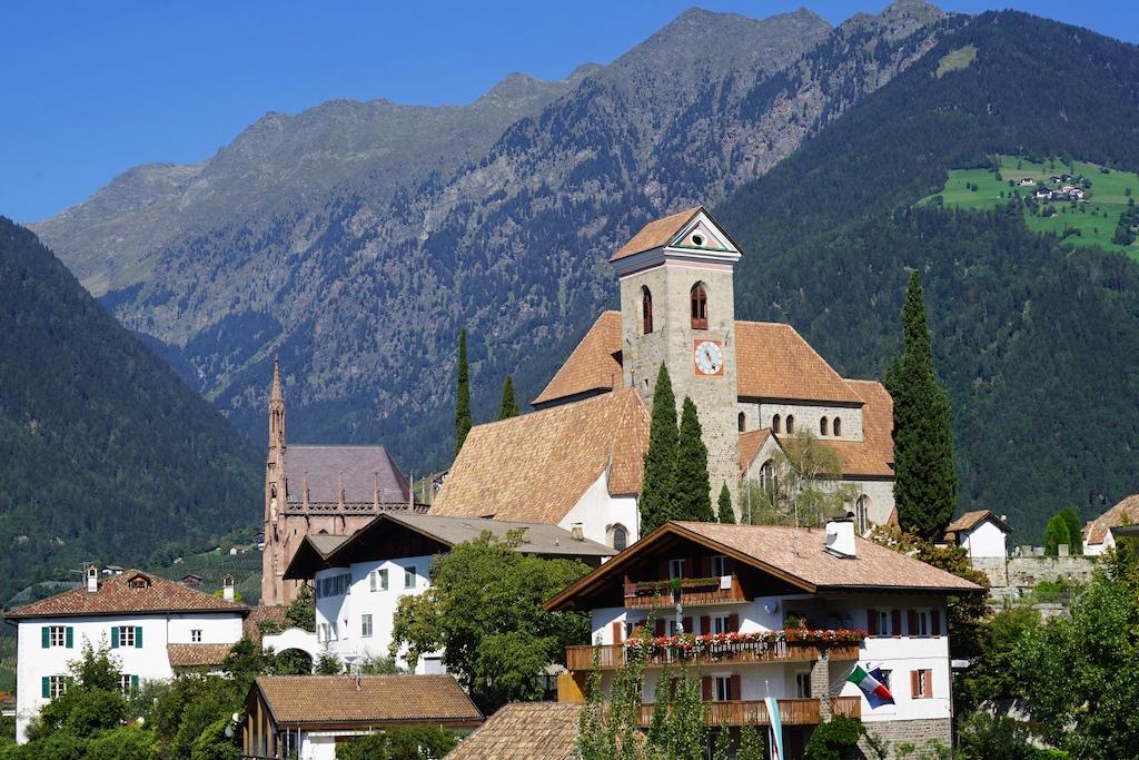 ... und die romanische Pfarrkirche Maria Himmelfahrt