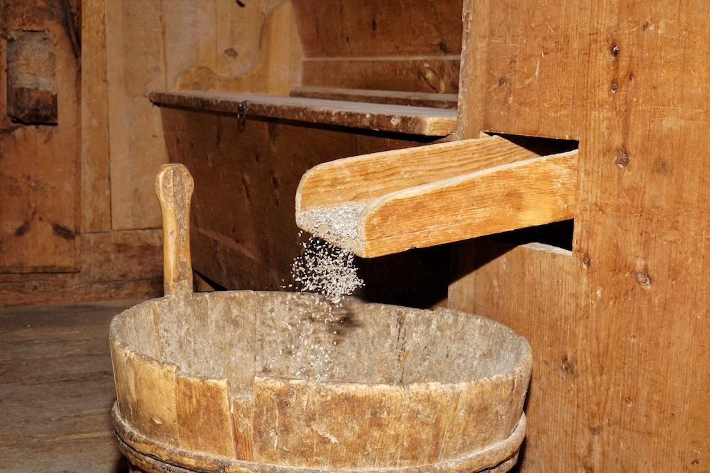 In der hauseigenen Mühle haben wir unser Korn gemahlen, welches wenig später zu einem köstlichen Sauerteigbrot wurde
