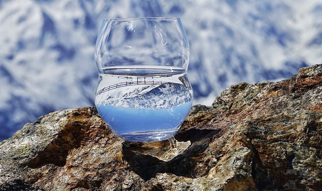 Wasser, welches durch hartes Gestein floss, gilt allgemein hin schon als sehr rein. Wasser welches in Eisbergen gespeichert ist, schon vor Tausenden von Jahren, dürfte noch reiner sein