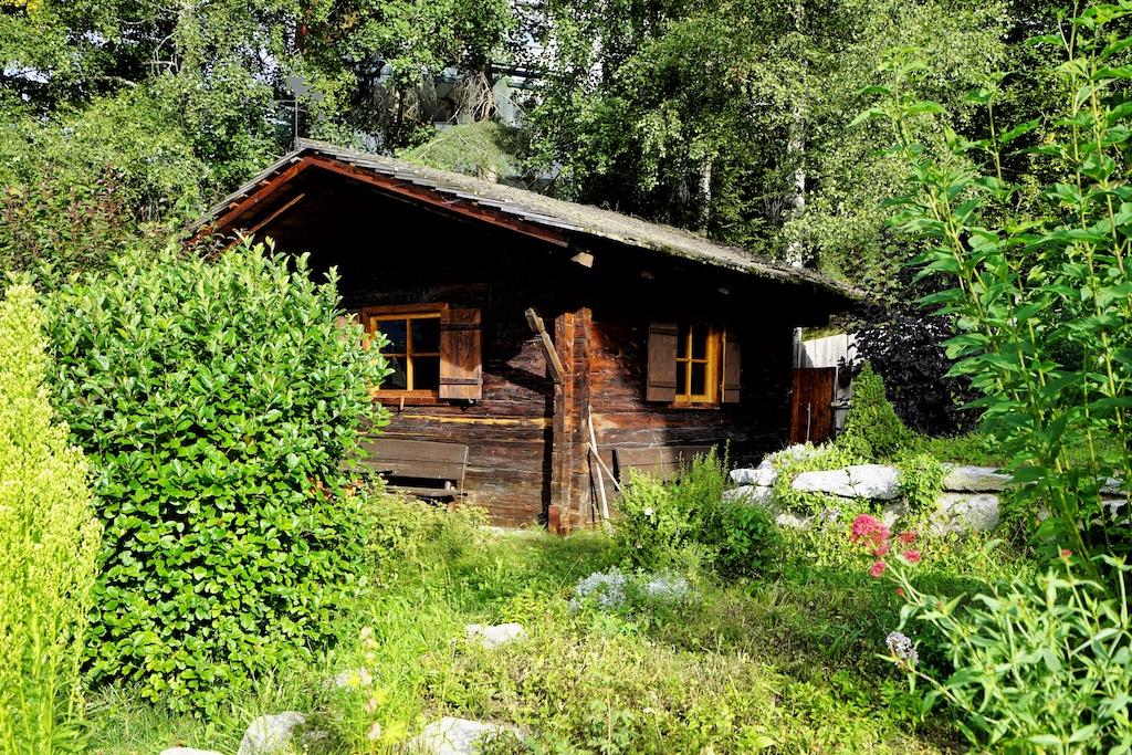Die finnische Außensauna des Naturhotels Moosmair, eingebettet in üppigem der Gartenanlage