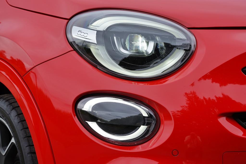 Die LED-Front- und LED-Nebelscheinwerfer lassen den 500X ein wenig schmunzeln