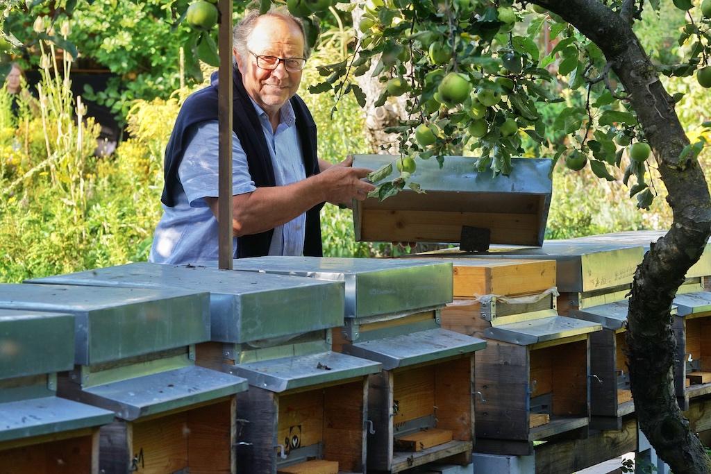Dr. Joseph Franz ist auch Herr über 25 Bienenvölker