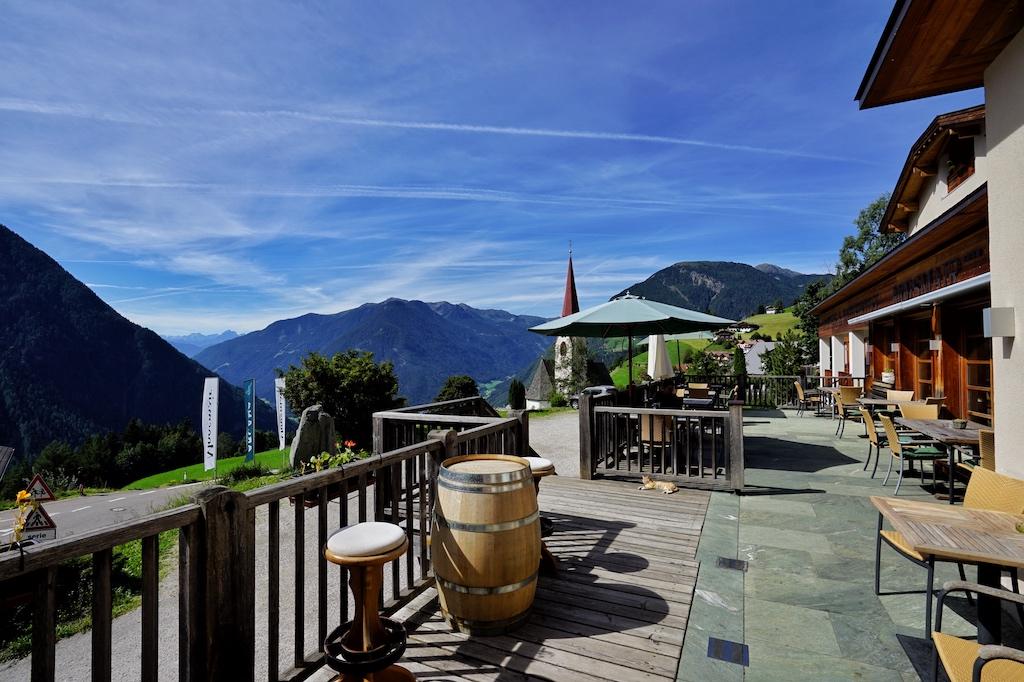 Von der Terrasse des Naturhotels Mossmair haben Gäste eine unvergleichliche Aussicht in die Bergwelt