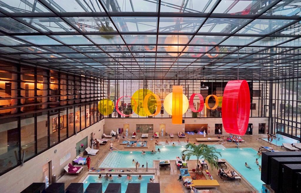 Von den 4 Pool-Suiten aus hat man freie Sicht über die Badehalle der Therme Meran