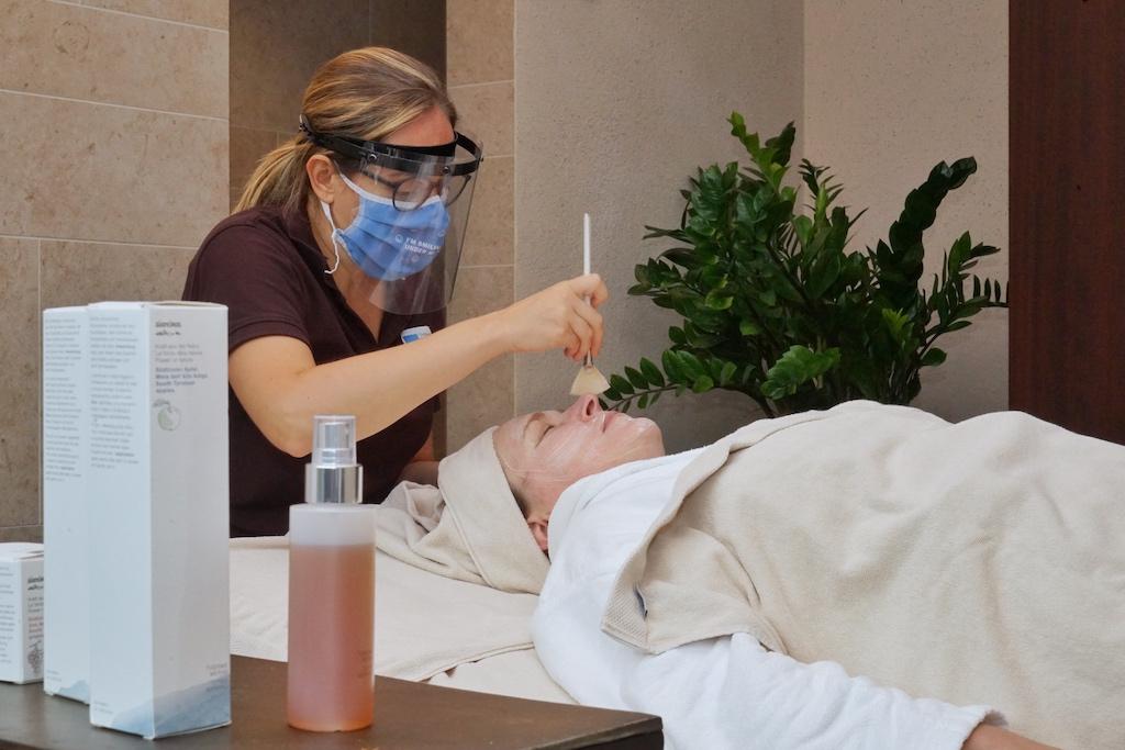 Im MySpa können eine vielfältige Anzahl an Behandlungen gebucht werden, von der Entspannungsmassage bis hin zur Gesichtspflege. Ein geschultes und fachkundiges Team steht bereit. Im Bild zu sehen Spa-Leiterin Verena Voltolini und FrontRowSociety Mitherausgeberin Annett Conrad