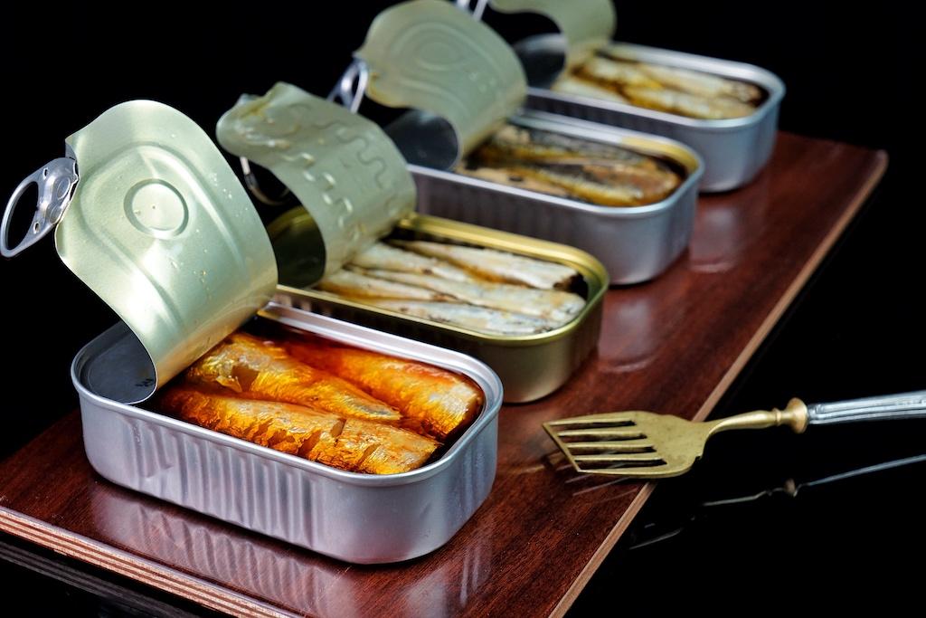 MARIA Organic ist die Schwestermarke von JOSE Gourmet. Bei MARIA Organic werden die Fische per Hand von Kopf und Schwanz befreit