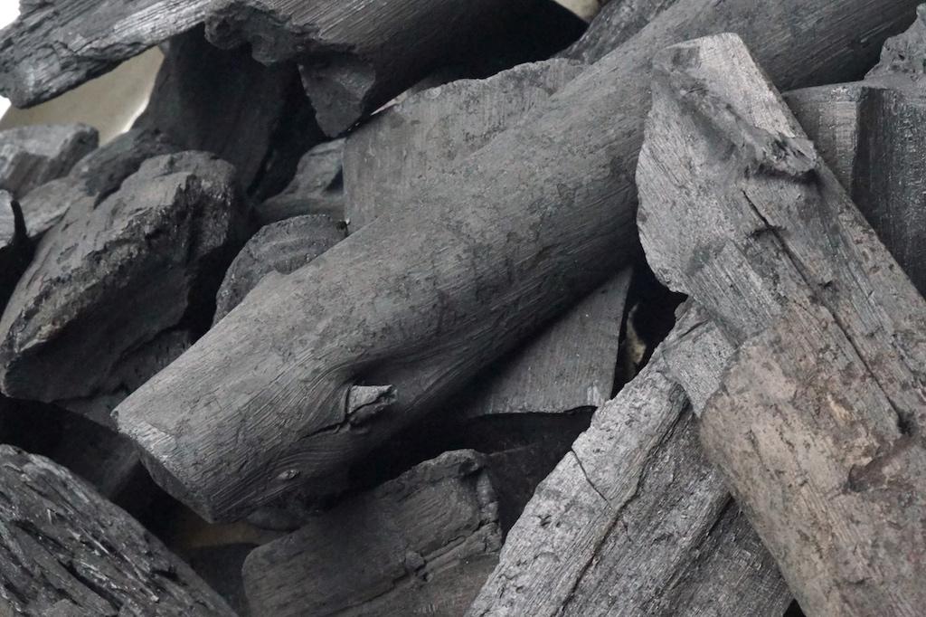 Holzkohle-Mischung aus Akazie und Eukalyptus