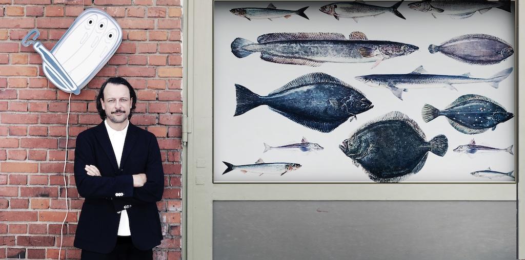 Hinter den Luxuskonserven von manger trouvé steht Daniel Rietdorf, der sich seit fast 10 Jahren intensiv mit Dosenfisch beschäftigt. Er kennt die besten Produzenten und wählt anhand ebendieser aus. Aber auch die Fangmethoden und die Verarbeitung sind ihm wichtig. Nachhaltigkeit auf allen Ebenen