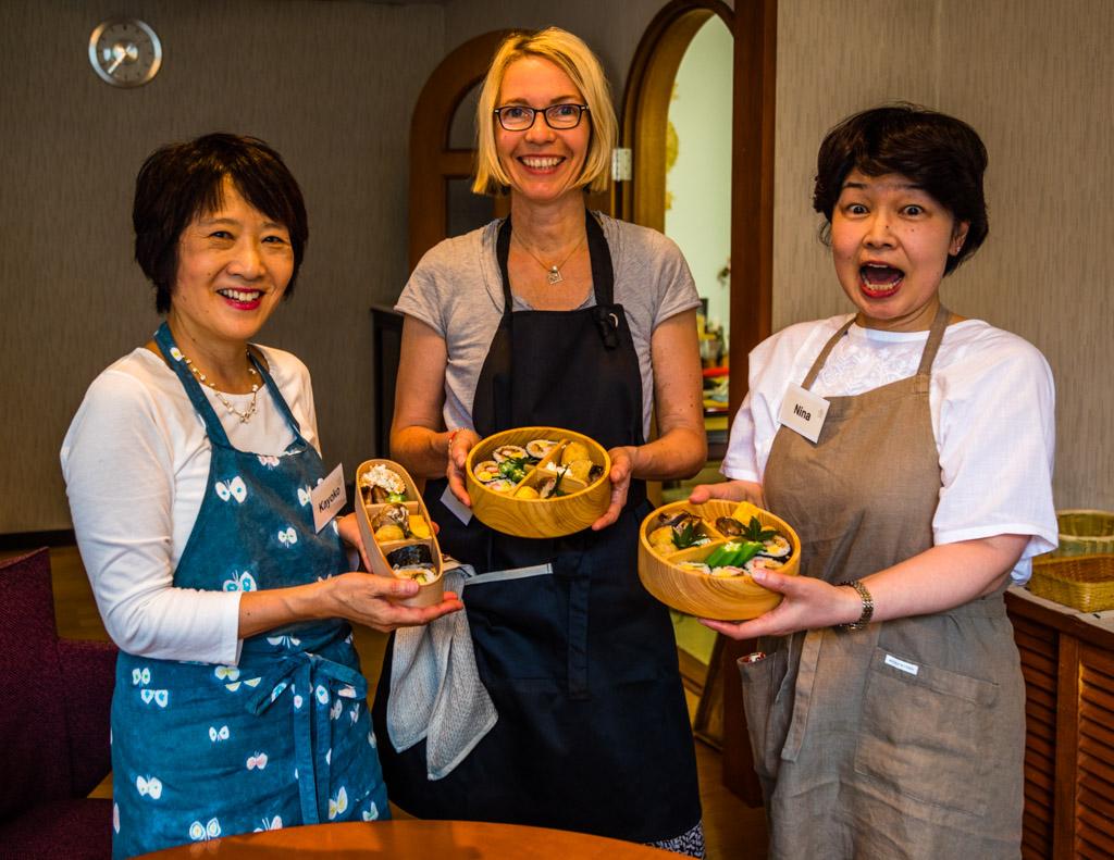 Nach erfolgreicher Dekorationsarbeit präsentieren Kayoko Kawamuar, Redakteurin Angela Berg und Noriko Hasegawa von Cooking Holiday Izu ihre Bento Boxen / © FrontRowSociety.net, Foto: Georg Berg