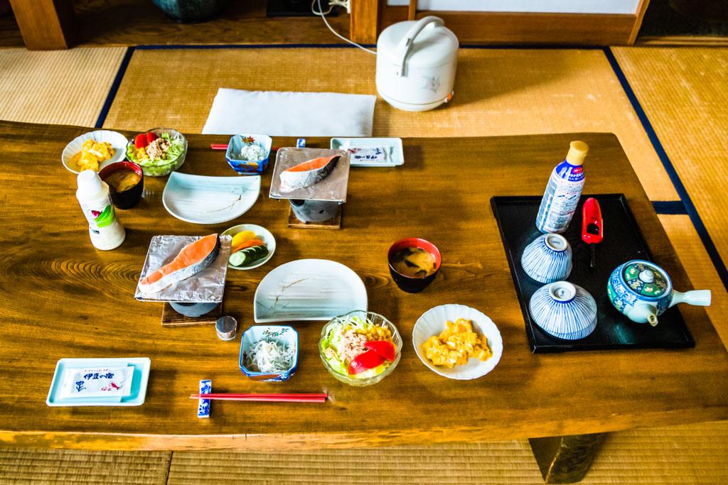 Ichi-Ju-San-Sai. Ein traditionelles japanisches Frühstück besteht aus einer Misosuppe und vielen kleinen Gerichten / © FrontRowSociety.net, Foto: Georg Berg