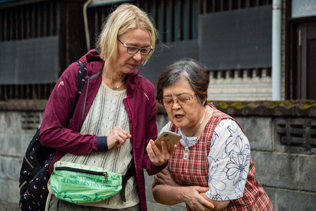 Ein Übersetzungsprogramm erleichtert die Verständigung. So kann ich auf Japanisch nachfragen, ob mir Frau Iyama das Geheimnis ihrer köstlichen Misosuppe verrät / © FrontRowSociety.net, Foto: Georg Berg