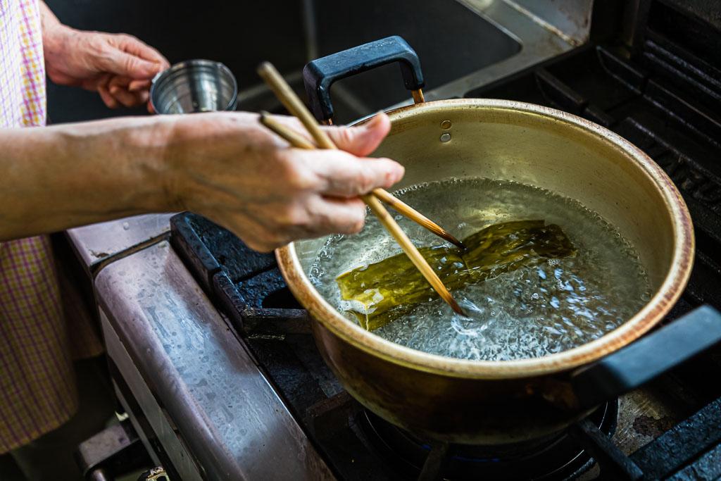 Im ersten Schritt auf dem Weg zu einer vor Umami strotzenden Misosuppe wird Kombualge in aufgekochtes Wasser gegeben / © FrontRowSociety.net, Foto: Georg Berg