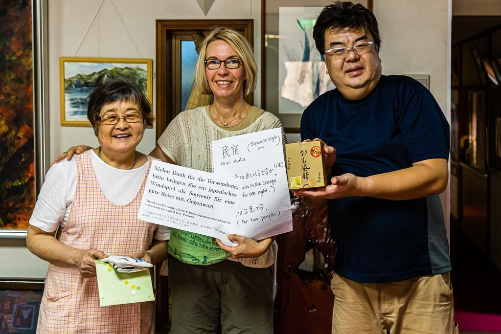 Mittels einer auf japanisch vorgeschriebenen Frage nach einem freien Zimmer begann unser mehrtägiger Aufenthalt im Ryokan Izu Makiba. Denn auch auf englisch war eine Verständigung unmöglich. Bei der Abreise überreichte uns Hiroto mit einem Augenzwinkern ein schriftliches Gegenstück und einen Glücksbringer / © FrontRowSociety.net, Foto: Georg Berg