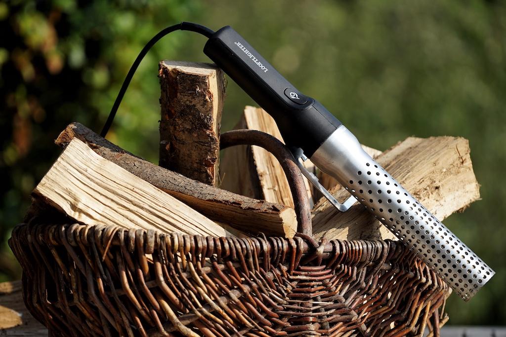Gegrillt wird das ganze Jahr, Tag ein Tag aus. Für das Entfachen der Grillkohle gibt es eine Menge Hilfsmittel. Die sauberste und umweltverträglichste ist sicherlich das Entzünden über einen Heißföhn, wie etwa den Looftlighter