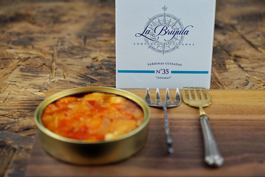 ... welche frittiert und mit einer Sauce aus Paprika, Zwiebeln Tomate und Weißwein in die Dose gebracht werden