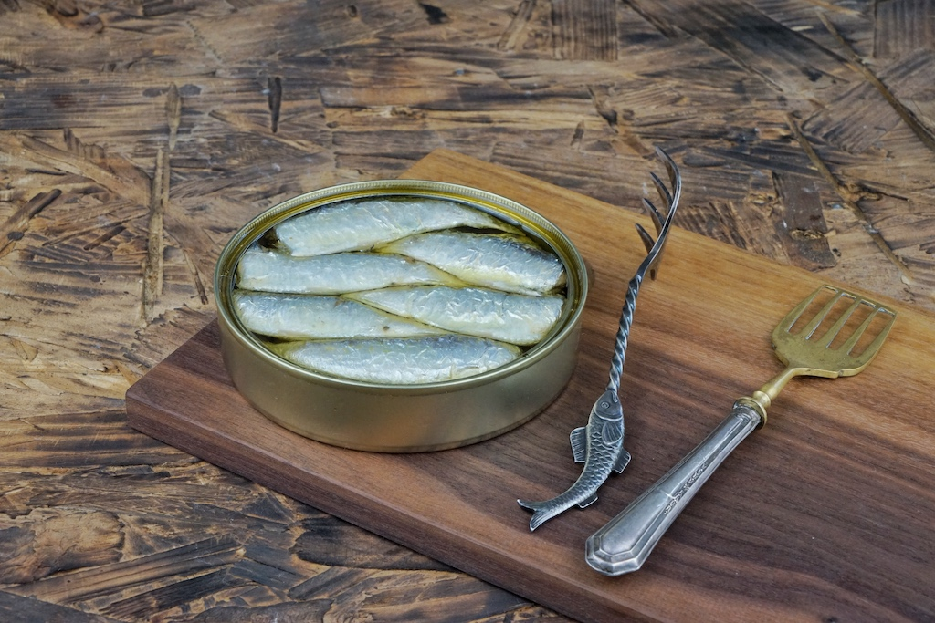Die erlesenen Sardinen sind am besten mit dem Sardinenheber aus der Dose zu hieven