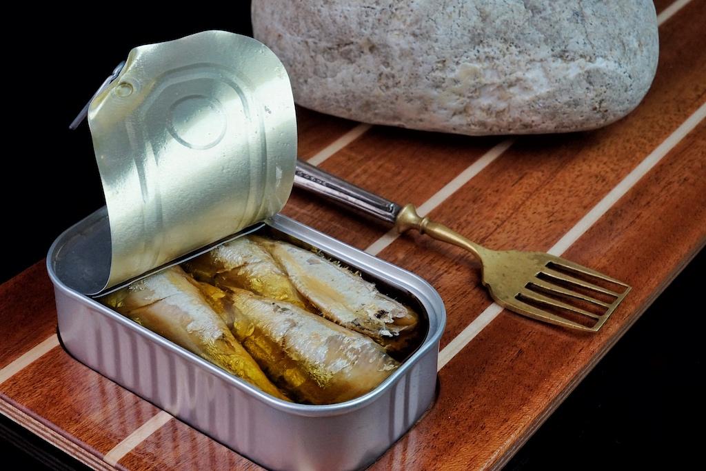 Um das Aroma zu erhalten, werden die frischen Sardinen nach dem Fang leicht vorgegart - eingelegt in nativem Olivenöl ein Traum