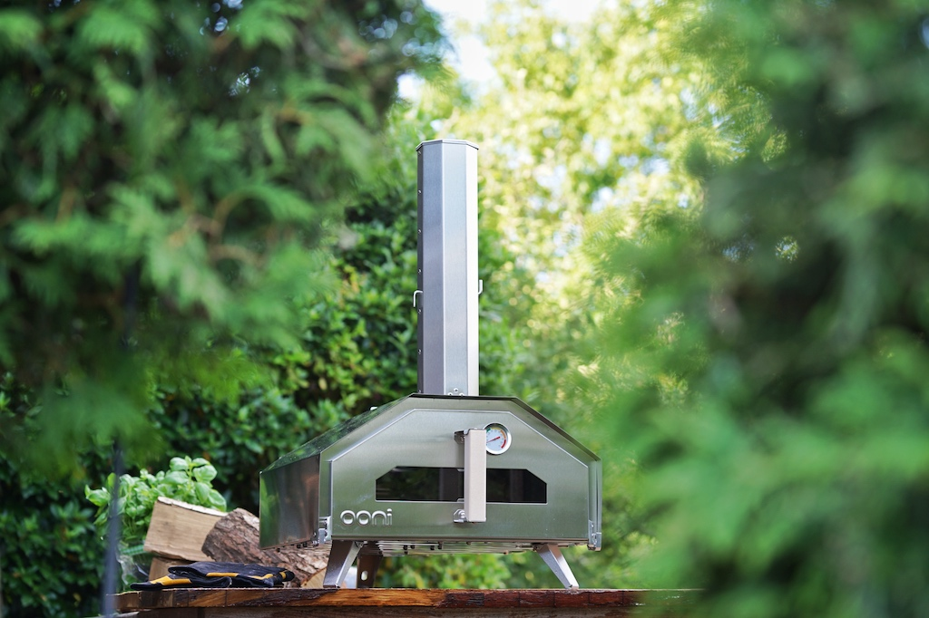 Der Standardbackofen schafft keine so hohem Temperaturen, die für eine Pizza notwenig sind. Der Keramikgrill ist groß und klobig und muss lange vorheizen - die Lösung für die perfekte Pizza heißt OONI