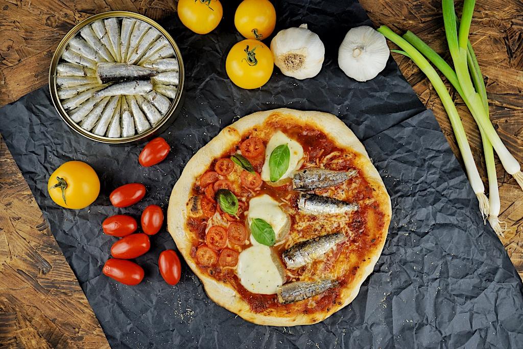 Guten Appetit mit feinen / Sardinen; auch auf der Pizza eine Delikatesse