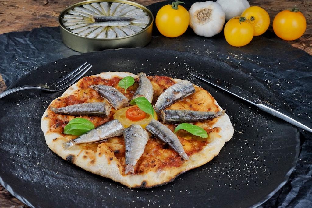 Auch auf die selbst gemachter Pizza im OONI bringen erstklassige Sardinen den geschmacklichen Kick