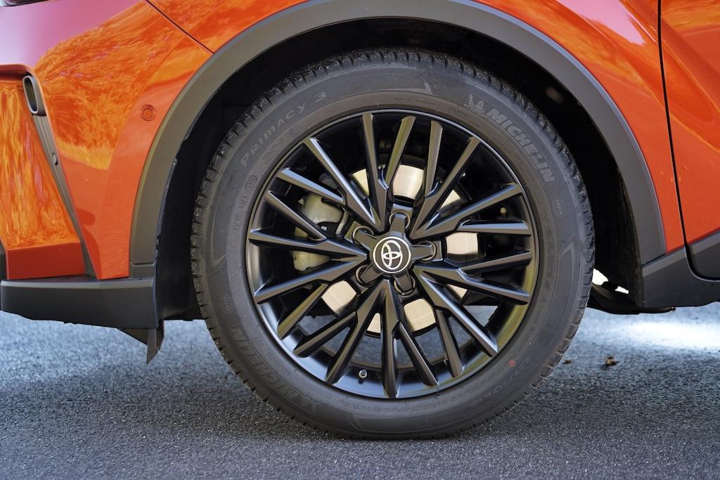 Bereift wurde der Toyota C-HR 2.0 Hybrid mit 225/50 R 18 Pneus