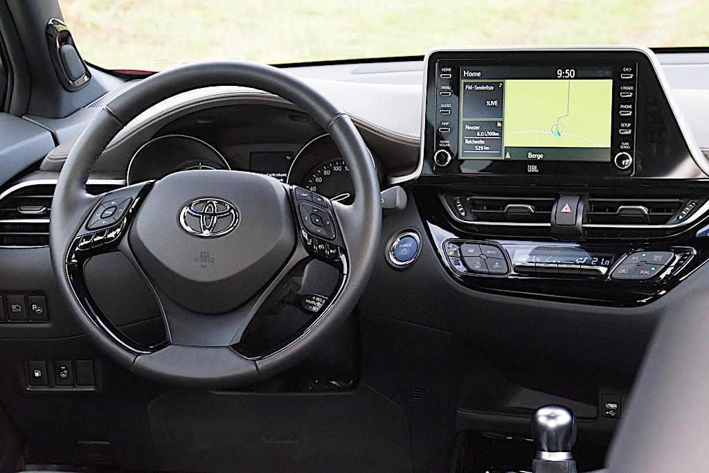 Smartphones können via Android Auto und Apple CarPlay angebunden werden und der Inhalt wird sodann auf dem Toyota-Navigationsbildschirm - in 8 Zoll Größe - angezeigt