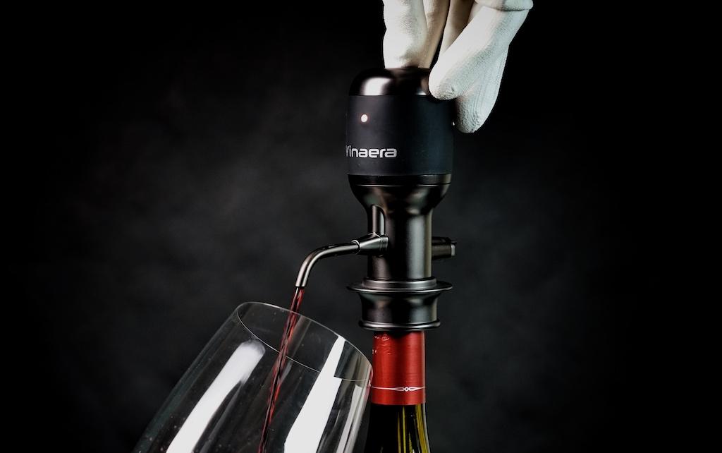 Wein einschenken mit dem Weinbelüfter VINAERA Pro