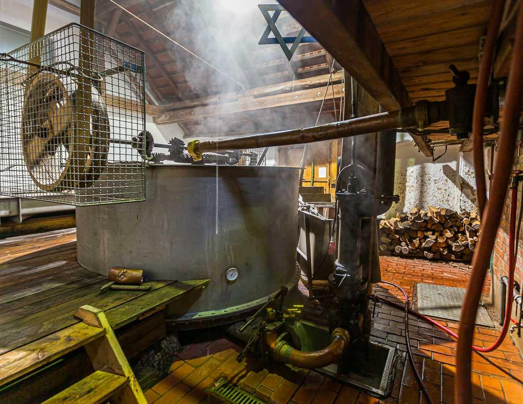 Aus dem Läuterbottich fließt die Würze in eine in den Boden eingelassene Wanne, aus der sie in die Sudpfanne hochgepumpt wird / © FrontRowSociety.net, Foto: Georg Berg